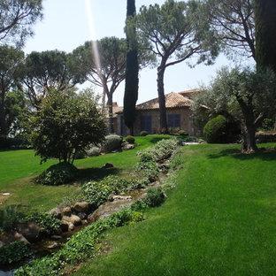 Inspiration pour un grand jardin arrière méditerranéen avec un point d'eau.