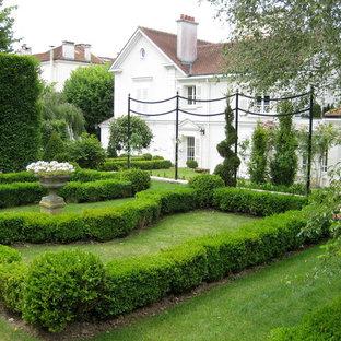 Inspiration pour un grand jardin à la française arrière traditionnel.