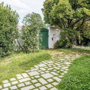 Idées déco pour un jardin arrière méditerranéen avec des pavés en pierre naturelle.