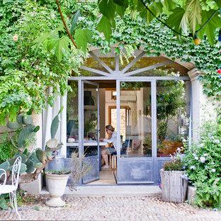 Exemple d'un jardin en pots arrière méditerranéen l'été et de taille moyenne avec une exposition ombragée et des pavés en pierre naturelle.