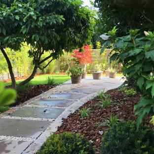 Mittelgroßer, Halbschattiger Moderner Vorgarten im Frühling mit Kamin und Natursteinplatten in Nancy