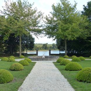 Idées déco pour un très grand jardin classique l'été avec une exposition partiellement ombragée, du gravier et une entrée ou une allée de jardin.