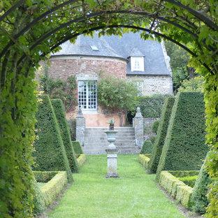 Idée de décoration pour un grand jardin tradition l'été avec une entrée ou une allée de jardin et une exposition partiellement ombragée.