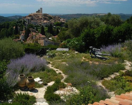 Jardin méditerranéen avec une pente, une colline ou un talus ...