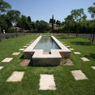 Cette photo montre un grand jardin arrière méditerranéen avec un point d'eau.
