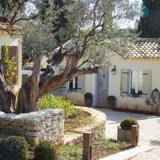 Idée de décoration pour un jardin avant tradition de taille moyenne avec des pavés en pierre naturelle.