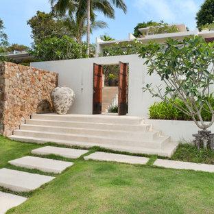 Réalisation d'un jardin avant design avec une entrée ou une allée de jardin et une exposition ensoleillée.