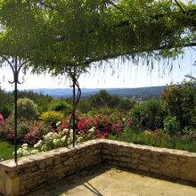 Zone de repos avec table en pierre - Mediterran - Garten ...
