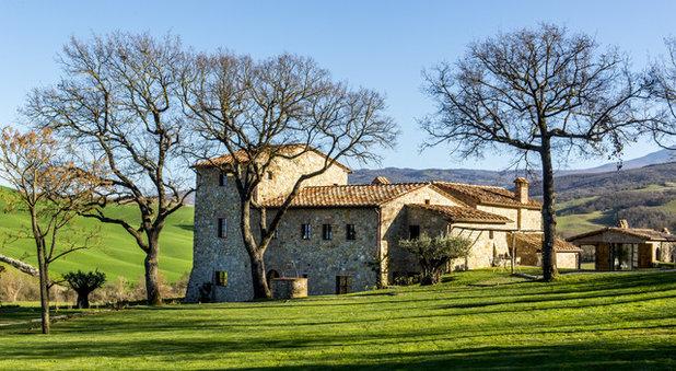 Le case di houzz lusso toscano di campagna in vera pietra for Case tradizionali italiane