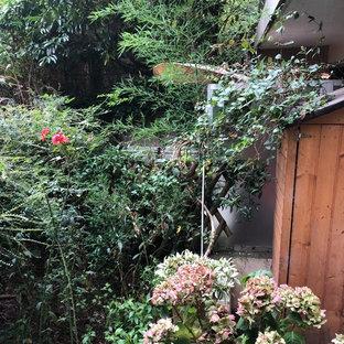 Idee per un piccolo giardino stile americano esposto a mezz'ombra sul tetto in estate con un giardino in vaso e pavimentazioni in pietra naturale