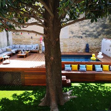 Un jardin avec piscine en ville