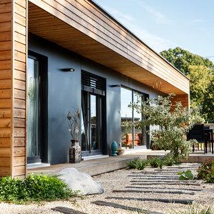 Idées déco pour une allée carrossable avant contemporaine de taille moyenne et l'été avec une entrée ou une allée de jardin, une exposition ensoleillée et du gravier.