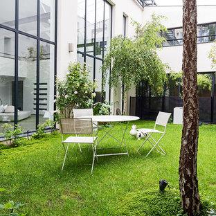 Kleines Industrial Garten im Innenhof im Sommer mit direkter Sonneneinstrahlung in Paris