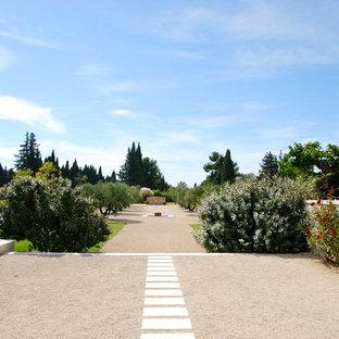 Idées déco pour un très grand jardin arrière méditerranéen avec une entrée ou une allée de jardin, une exposition ensoleillée et du gravier.