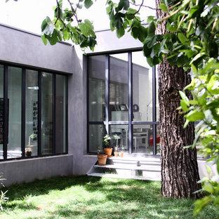 Exemple d'un grand jardin tendance l'été avec une exposition partiellement ombragée.