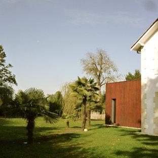 Idée de décoration pour un grand jardin arrière méditerranéen.