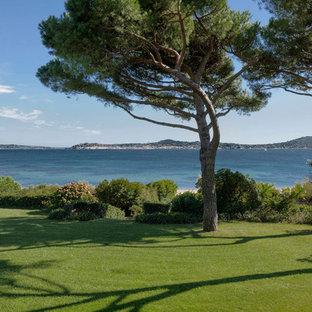 Cette photo montre un grand jardin arrière méditerranéen avec une exposition partiellement ombragée.