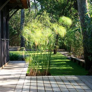 Inspiration pour un grand jardin avec une terrasse en bois ou composite arrière marin avec une entrée ou une allée de jardin.