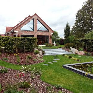 Idées déco pour un très grand jardin arrière contemporain avec un point d'eau.