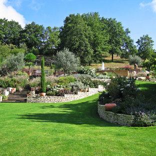 Idée de décoration pour un très grand jardin tradition avec des pavés en pierre naturelle.