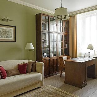 Idee per un ufficio tradizionale di medie dimensioni con pareti verdi, pavimento in legno massello medio, scrivania autoportante e pavimento marrone