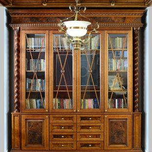 他の地域の大きいヴィクトリアン調のおしゃれなホームオフィス・仕事部屋 (ライブラリー、白い壁、ラミネートの床、自立型机、茶色い床) の写真