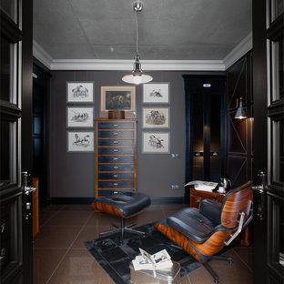 Immagine di un piccolo atelier minimalista con pareti marroni, pavimento in gres porcellanato, nessun camino e scrivania autoportante