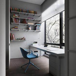 Свежая идея для дизайна: кабинет в современном стиле с белыми стенами, отдельно стоящим рабочим столом и коричневым полом - отличное фото интерьера