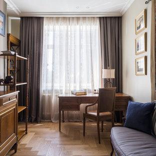 モスクワの中サイズのトランジショナルスタイルのおしゃれなホームオフィス・仕事部屋 (ライブラリー、グレーの壁、無垢フローリング、自立型机、黄色い床) の写真