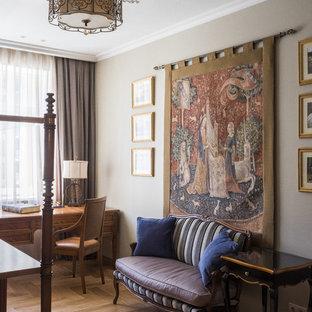 Ispirazione per uno studio chic di medie dimensioni con libreria, pareti grigie, pavimento in legno massello medio, scrivania autoportante e pavimento giallo