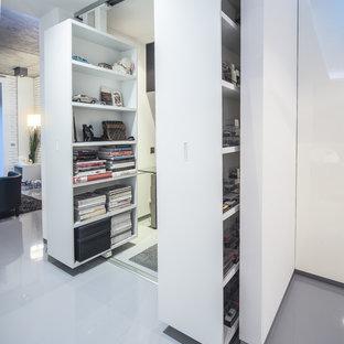 Неиссякаемый источник вдохновения для домашнего уюта: маленькое рабочее место в современном стиле с белыми стенами, бетонным полом и серым полом