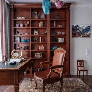 Стильный дизайн: маленькое рабочее место в современном стиле с белыми стенами, паркетным полом среднего тона и отдельно стоящим рабочим столом - последний тренд