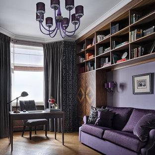 モスクワのトラディショナルスタイルのおしゃれな書斎 (紫の壁、無垢フローリング、自立型机) の写真