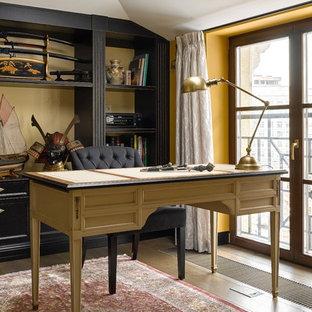 Ispirazione per un piccolo ufficio tradizionale con scrivania autoportante, pareti gialle e pavimento in legno massello medio