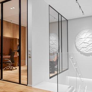 Идея дизайна: кабинет в современном стиле с встроенным рабочим столом