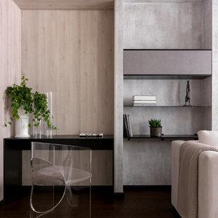 Свежая идея для дизайна: маленький кабинет в современном стиле с темным паркетным полом, встроенным рабочим столом, деревянным потолком и деревянными стенами - отличное фото интерьера