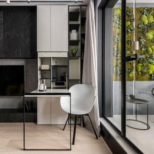 На фото: маленькое рабочее место в современном стиле с серыми стенами, светлым паркетным полом, бежевым полом и встроенным рабочим столом