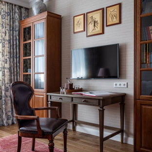 Foto de despacho papel pintado, tradicional, papel pintado, con paredes grises, suelo de madera oscura, escritorio independiente, suelo marrón y papel pintado