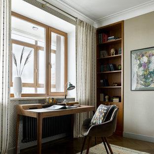 Modelo de despacho contemporáneo con paredes marrones, suelo de madera oscura y escritorio independiente