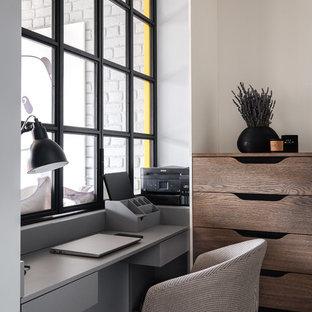 На фото: маленькое рабочее место в современном стиле с встроенным рабочим столом с