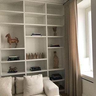 Ispirazione per un grande studio classico con libreria, pareti bianche, pavimento in legno verniciato e pavimento beige
