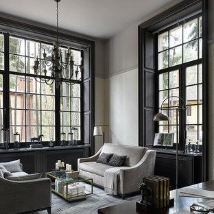 Пример оригинального дизайна: кабинет в классическом стиле с библиотекой, серыми стенами, темным паркетным полом и черным полом