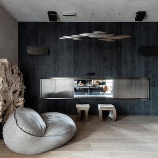 モスクワのおしゃれなホームオフィス・仕事部屋 (グレーの壁、無垢フローリング、両方向型暖炉、木材の暖炉まわり、自立型机、ベージュの床) の写真