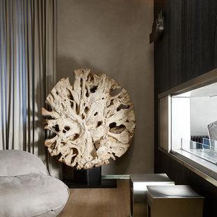 モスクワの中サイズのコンテンポラリースタイルのおしゃれなホームオフィス・仕事部屋 (グレーの壁、木材の暖炉まわり、両方向型暖炉、ベージュの床、淡色無垢フローリング) の写真