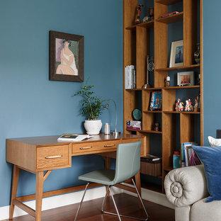 Свежая идея для дизайна: рабочее место в современном стиле с синими стенами, паркетным полом среднего тона, отдельно стоящим рабочим столом и коричневым полом - отличное фото интерьера