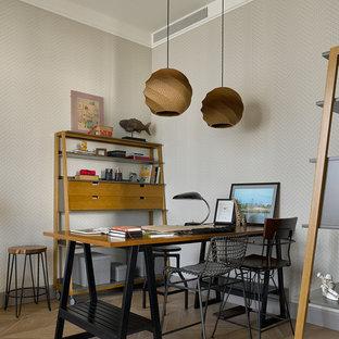 На фото: рабочее место в современном стиле с серыми стенами, светлым паркетным полом, отдельно стоящим рабочим столом и бежевым полом с