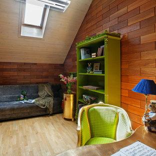 Новые идеи обустройства дома: кабинет среднего размера в стиле фьюжн с рабочим местом, коричневыми стенами, светлым паркетным полом и отдельно стоящим рабочим столом