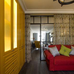サンクトペテルブルクの北欧スタイルのおしゃれなホームオフィス・書斎 (ベージュの壁、濃色無垢フローリング、自立型机、黒い床) の写真