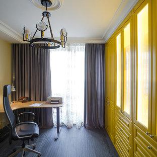 サンクトペテルブルクのトランジショナルスタイルのおしゃれな書斎 (ベージュの壁、濃色無垢フローリング、自立型机、黒い床) の写真