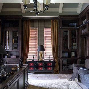 Идея дизайна: кабинет в классическом стиле с отдельно стоящим рабочим столом и бежевым полом